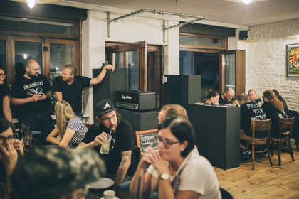 """Gepflegt dinieren und abmoshen - Interview: Das """"Maloik"""" in Mannheim vereint Metalkneipe und Restaurant"""