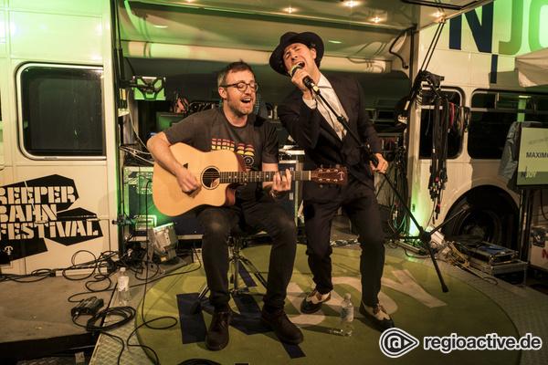Indie Rock Parking Lot - Fotos der Indie-Rocker Maxïmo Park live auf dem Reeperbahn Festival 2017