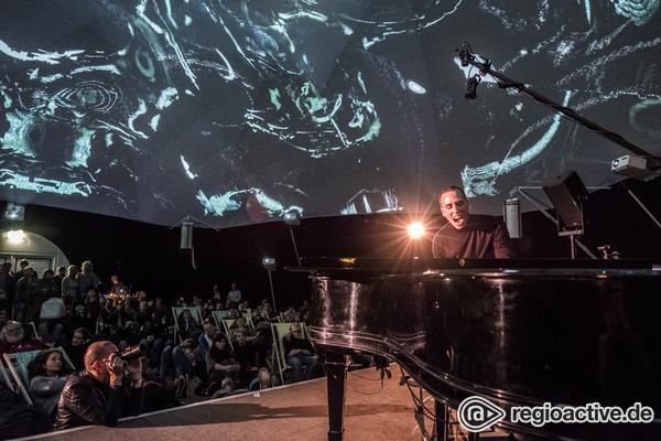 Eine audiovisuelle Erfahrung - Experimentell: Live-Bilder von Martin Kohlstedt beim Reeperbahn Festival 2017