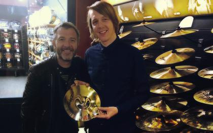 """Ash Soan übergibt Zildjian-Becken an unseren Gewinner Ralf von """"Die Fracht"""""""
