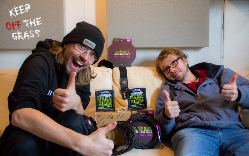 Unboxing: Keep Off The Grass zeigen euch das Ernie Ball-Gewinnerpaket
