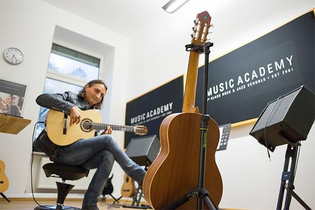 Adam Hall Group stattet Musikausbildungsanbieter mit Gravity Premium Stativen aus