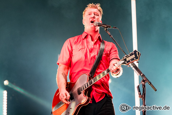 """It's fucking Saturday!"" - Queens of the Stone Age bringen die Luft in der Arena Oberhausen zum Knistern"