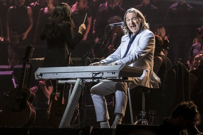 Vagabund der Extraklasse - Ganz in Weiß: Bilder von Roger Hodgson bei der Night of the Proms 2017 in Hamburg