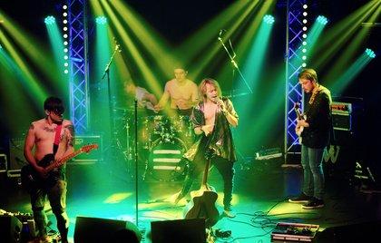 Mit wehenden Haaren - Glamourös: Bilder von Joey Voodoo live beim Bandsupport Abschlusskonzert 2017 in Mannheim