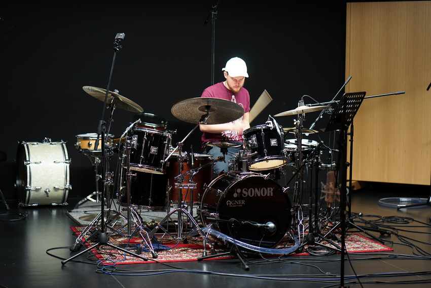 Schlagzeuger Max Büttner hochkonzentriert bei der Arbeit