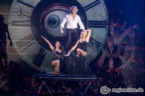 Magier trifft Hollywood - Bilder von Hans Klok live mit Pamela Anderson im Rosengarten Mannheim