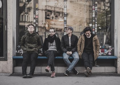 """Back to the roots - Platon Karataev: Das Debütalbum """"For Her"""" lässt den Folk im neuen Glanz erstrahlen"""