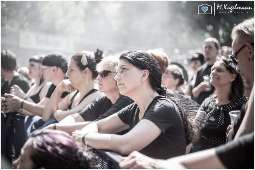 Ein gespanntes Publikum auf dem Wave-Gotik-Treffen 2014