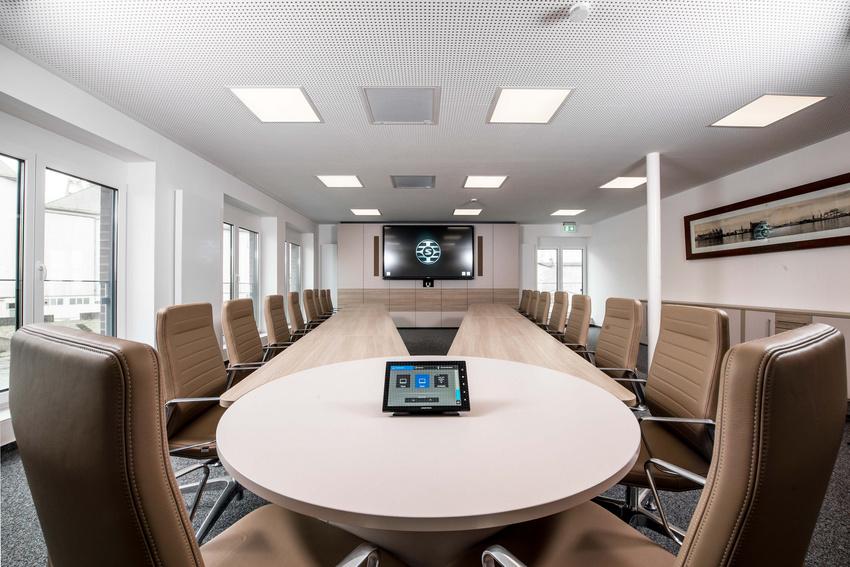 Multifunktionaler Konferenzraum mit Shure Decken-Mikrofonarray