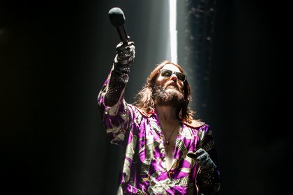 Fast wie Jesus - Abgehoben: Live-Bilder von Thirty Seconds To Mars in der Lanxess-Arena in Köln