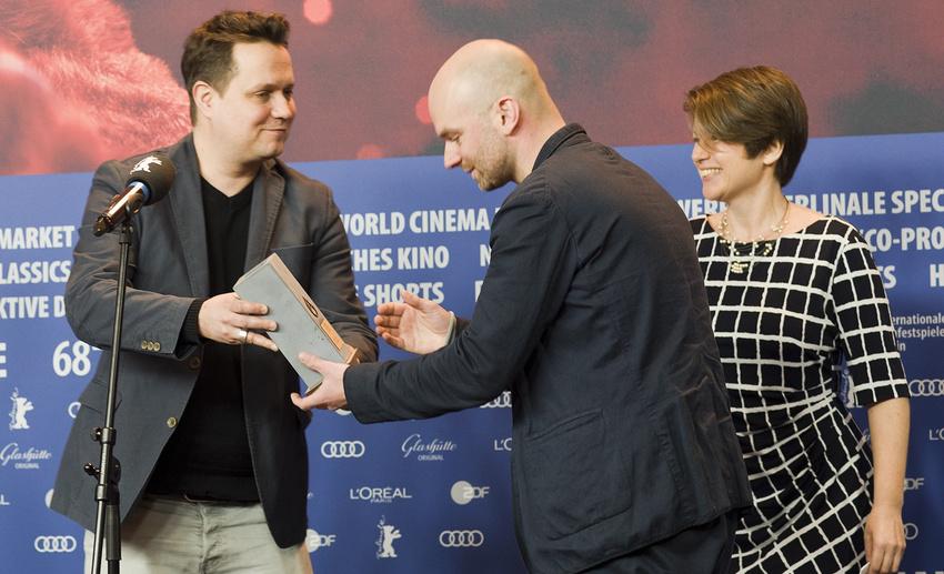 Erdmann Lange (links) übergibt den Preis der Jury AG Kino bei der Berlinale 2018 an Regisseur Thomas Stuber. Ganz rechts Jury AG Mitglied Dominique Henz.