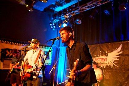 Pop-Rock mit Folk- und Souleinflüssen - Ausgelassener Pop: Bilder von StrangersandFriends live bei der Rockbuster Vorrunde 2018 in Ludwigshafen