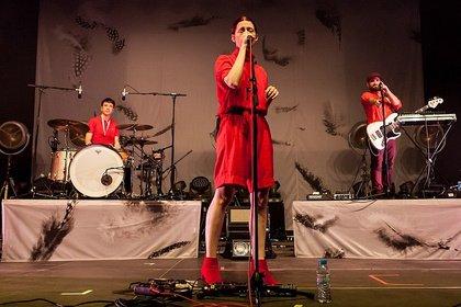 Perfekt abgestimmt - Ganz in Rot: Live-Bilder von Kat Frankie beim Maifeld Derby 2018