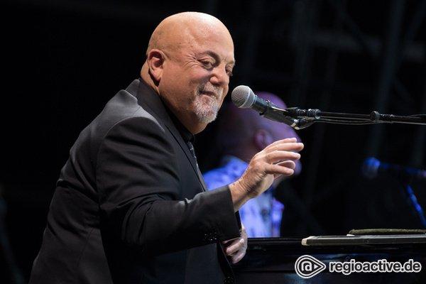 Der Mann am Klavier - Legendär: Live-Bilder von Billy Joel im Hamburger Volksparkstadion