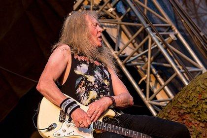 Olympiareifer Wurf - Iron Maiden: Janick Gers schleudert versehentlich Gitarre ins Publikum