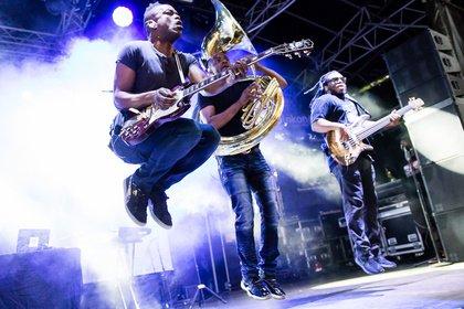 (Fast) 90 Minuten Dauerfeuer - The Roots lassen im Kölner Tanzbrunnen den Groove unterm Regenbogen tanzen