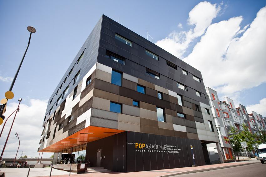 Die Popakademie in der Hafenstraße in Mannheim von außen.