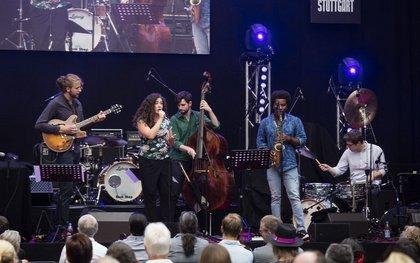 Bass vom Feinsten - Fotos von Juliana Blumenschein live bei den Jazzopen Stuttgart
