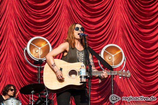 Stimmgewaltig - Amy MacDonald: Bilder der Sängerin live beim Deichbrand Festival 2018