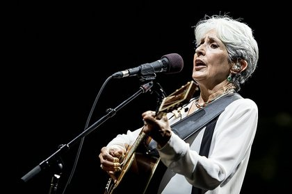 Ein letztes Mal? - Mit Regenbogen: Fotos von Joan Baez live bei Musik im Park in Schwetzingen