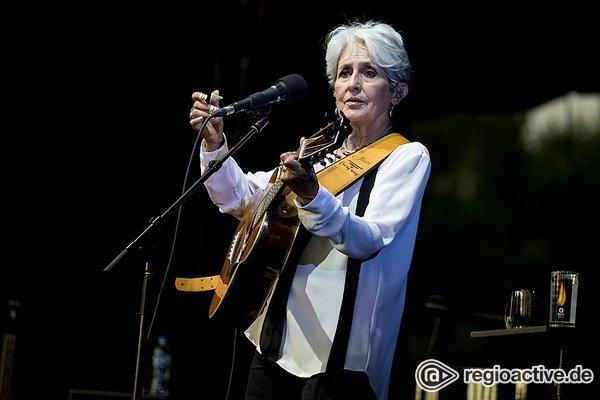Nach so vielen Jahrzehnten - Joan Baez bei Musik in Park in Schwetzingen: Eine Ära geht im Regen zu Ende