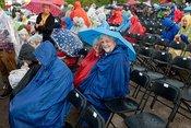 Mit Regenbogen: Fotos von Joan Baez live bei Musik im Park in Schwetzingen