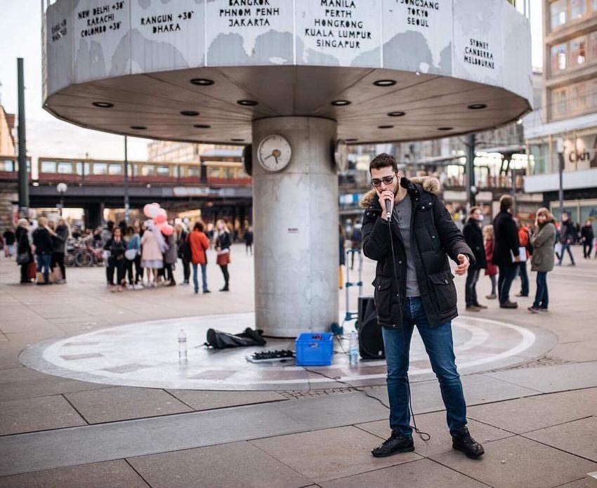 Erdem auf dem Berliner Alexanderplatz