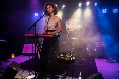 künstlerisch - Jessica Einaudi: Bilder des Multitalents live beim Reeperbahn Festival 2018