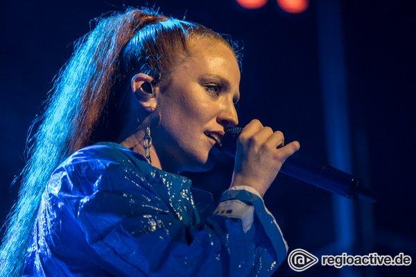 Britische Chartstürmerin - Ausdrucksstark: Fotos von Jess Glynne live beim Reeperbahn Festival 2018