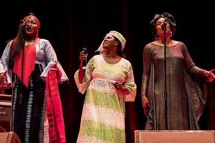 Supergroupkollektiv - Les Amazones d'Afrique eröffnen das 20. Enjoy Jazz Festival mit Grooves und Liebe