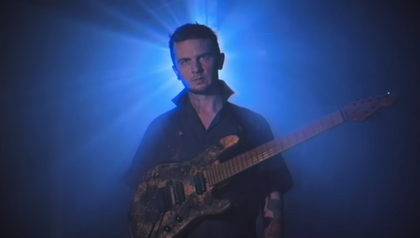 Halloween-Grusel mit Ernie Ball: Jason Richardson rockt als Michael Myers