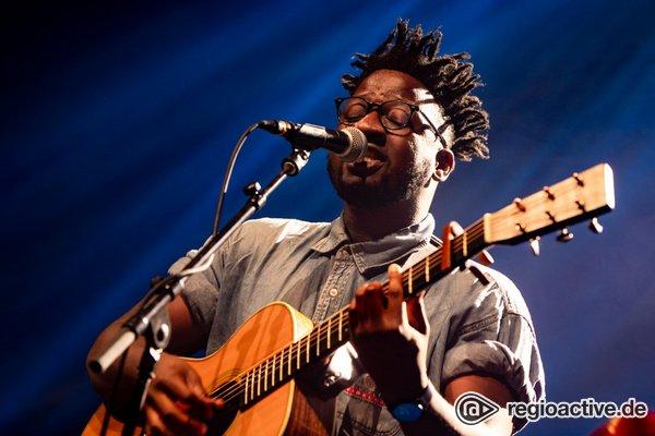 Allein auf großer Bühne - Magnetisch: Live-Fotos von Kelvin Jones als Support von Joris in Wiesbaden