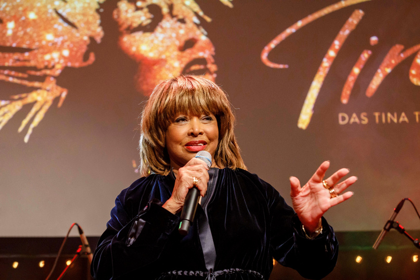 Tina Turner präsentiert die Hauptdarstellerin Kristina Love, die die Titelrolle in Tina - Das Tina Turner Musical in Hamburg übernehmen wird.