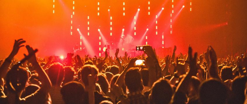 Start-up geht mit Handytaschen gegen Smartphone-Nutzung auf Konzerten vor