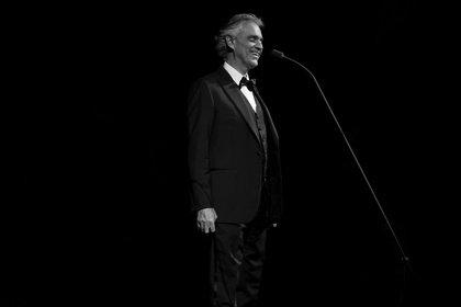 Elegant - Andrea Bocelli: Fotos des Tenors live in der Schleyer-Halle in Stuttgart