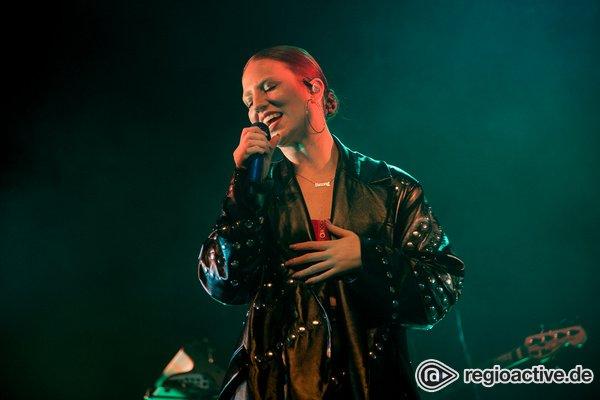 Britische Pop-Sensation - Jess Glynne: Fotos der Sängerin live in Offenbach