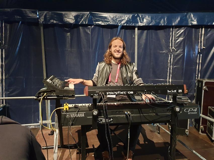 Jan hat hinter der Bühne auf dem Riser aufgebaut und wirkt zufrieden. Ob es wohl am Keyboard-Ständer liegt?