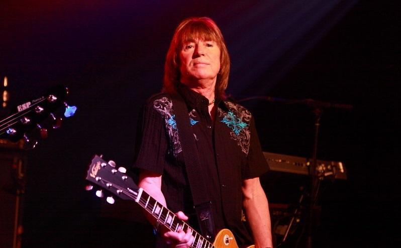Paul Raymond von UFO bei einem Konzert in Siegburg im Jahr 2011.
