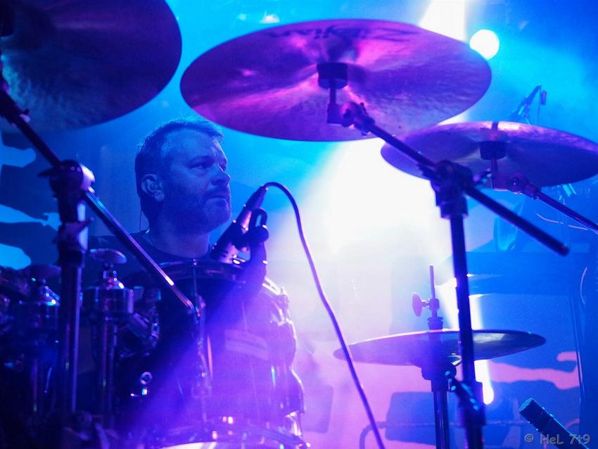 Dirk Hartel spielt Schlagzeug bei der Progressive Rock-Band Neronia und ist live zudem mit den Gothic-Rockern Godex unterwegs.