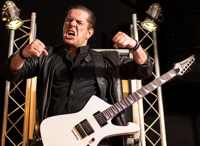 Jack ist Gitarrist bei der Metal-Band Generation Steel