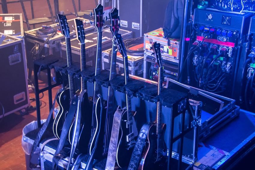 Die Instrumente der Band. Vorne im Ständer: Olivers FGN-Gitarren, die für die Show im Einsatz sind.