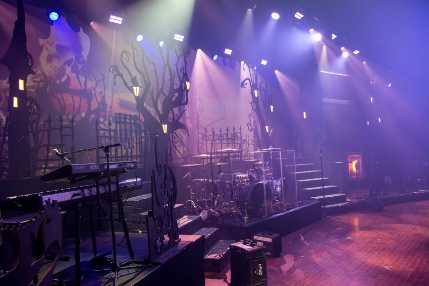 Märchenhaft: Das an Tim Burton erinnernde Bühnenbild ist bei der Begehung bereits in Nebel gehüllt.