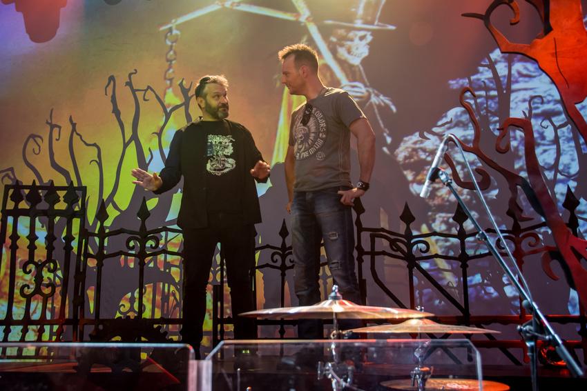 Avantasia-Schlagzeuger Felix Bohnke (rechts) erklärt unserem Gewinner Dirk Hartel das Setup seines Mapex-Drumkits