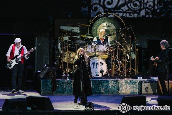 Patschnass aber glücklich - Fleetwood Mac begeistern in Berlin mit Hits aus über 50 Jahren Bandgeschichte