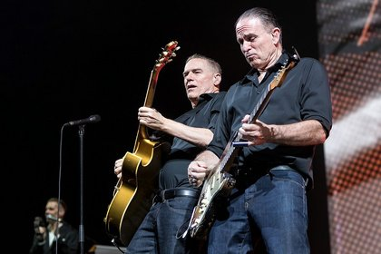 Gegen die Hitze - Rockig: Bilder von Bryan Adams live in der Festhalle Frankfurt