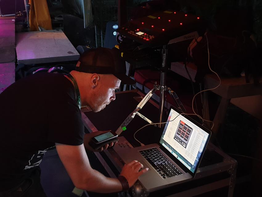 Chris bringt die Technik für die abgefahrenen Sounds an den Start.