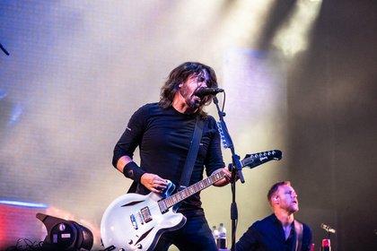 Herzliche Geste - Foo Fighters: Dave Grohl holt beim Sziget Festival Fan im Rollstuhl auf die Bühne