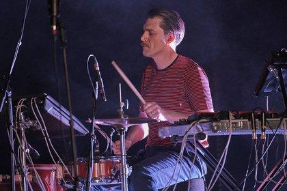 Solo am Schlagzeug - Fotos von Andrea Belfi als Opener von Thom Yorke live in Frankfurt