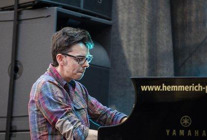Franzose am Piano - Adrien Brandeis: Live-Bilder des Openers von Bobby McFerrin bei den Jazzopen Stuttgart